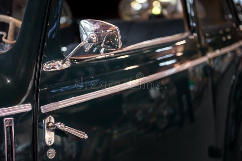 Tappningkrombil med sidospegeln Klassisk svart skinande målarfärg med reflexion, når polering arkivfoto