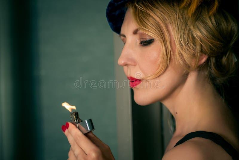 Tappningkvinnastående med tändaren royaltyfri foto