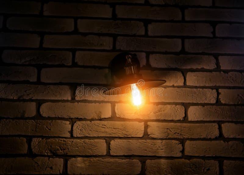 Tappninglampa på bakgrund för tegelstenvägg arkivbild