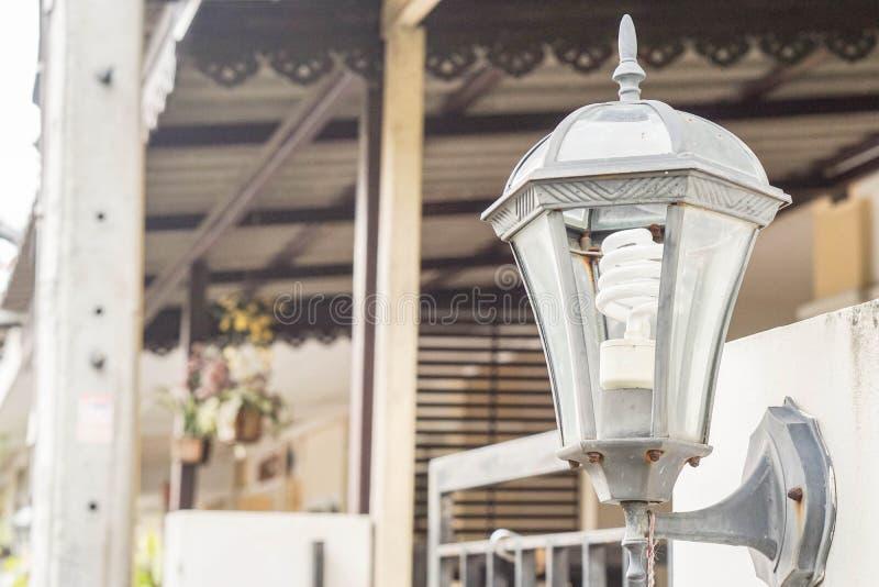 tappninglampa på husdörren fotografering för bildbyråer