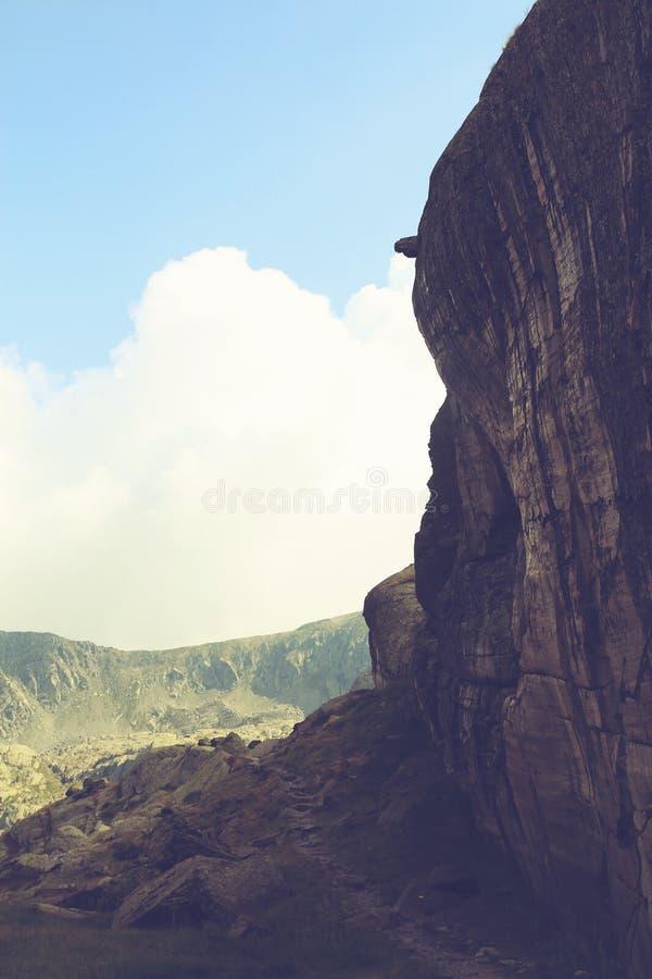 Tappninglandskapsikten av ett gigantiskt vaggar berget royaltyfri fotografi