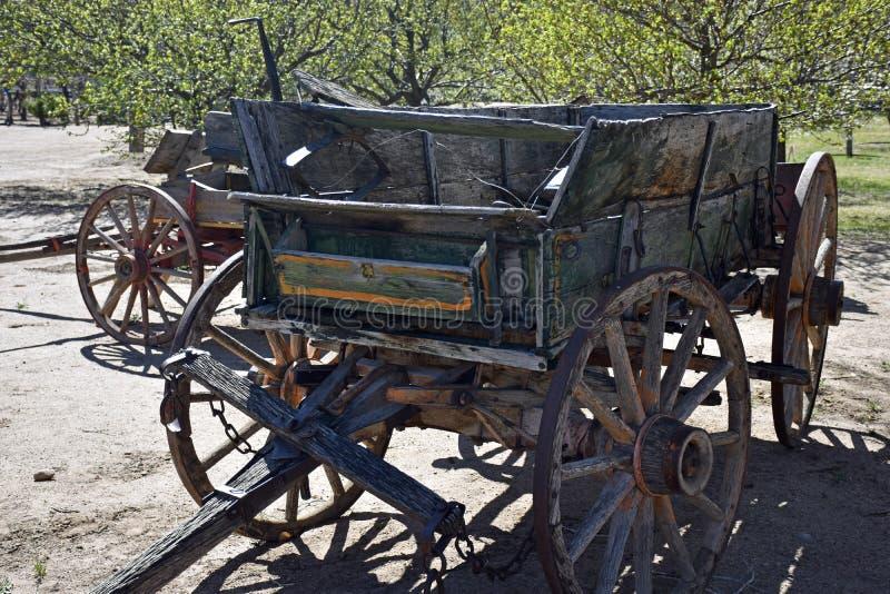 Tappninglantgårdvagn som har sett bättre dagar royaltyfria bilder