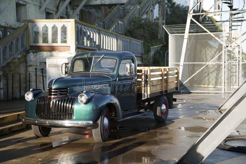 Tappninglastbil på den Alcatraz ön arkivbilder