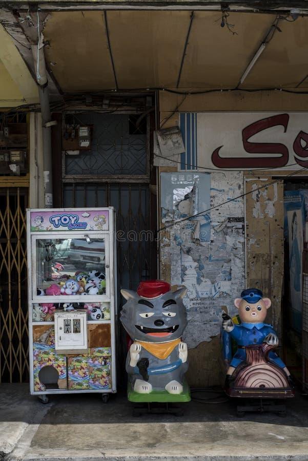 Tappningleksakvaruautomat i en gata av Sekinchan, Malaysia arkivfoton