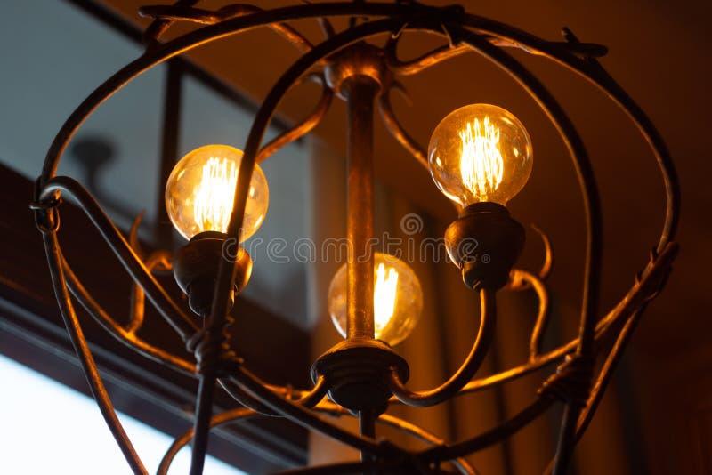 Tappningljuskulor i en forntida ljuskrona royaltyfri foto