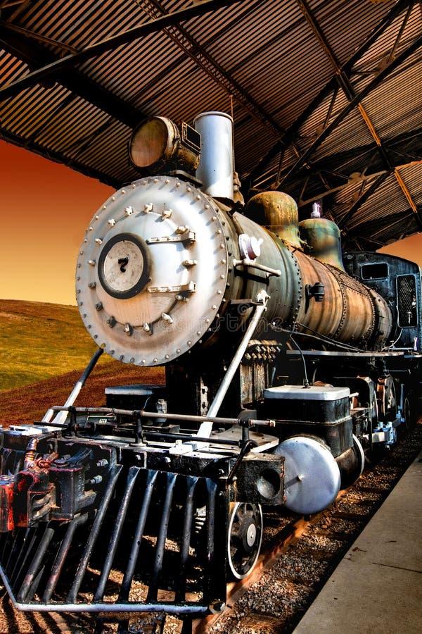 Tappninglokomotiv i järnvägstationen royaltyfria bilder
