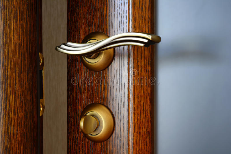 Tappningmässingsdörrhandtag med en låsa och ett lås royaltyfria bilder