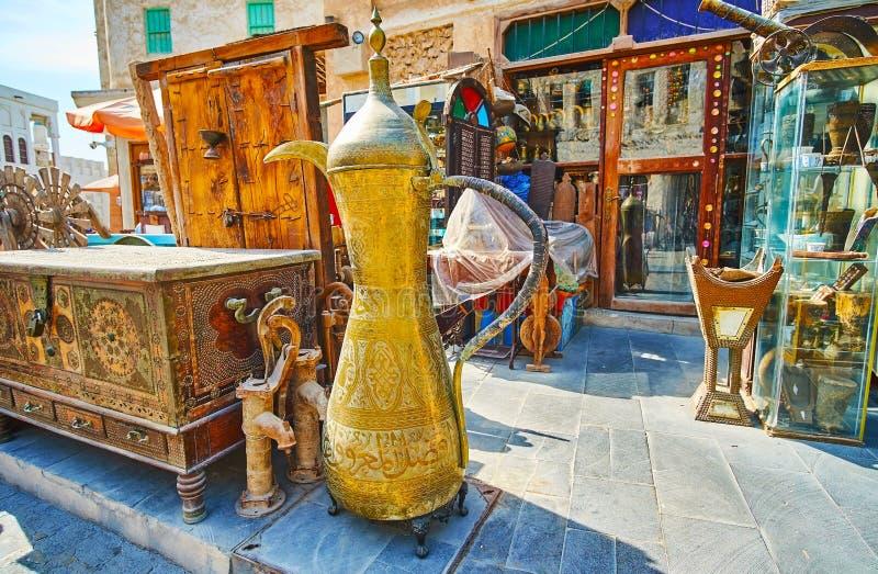 Tappningmöblemang i Souq Waqif, Doha, Qatar arkivbilder