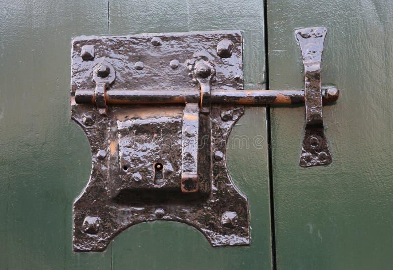 Tappningmetalllås av en gammal byggnad arkivfoton