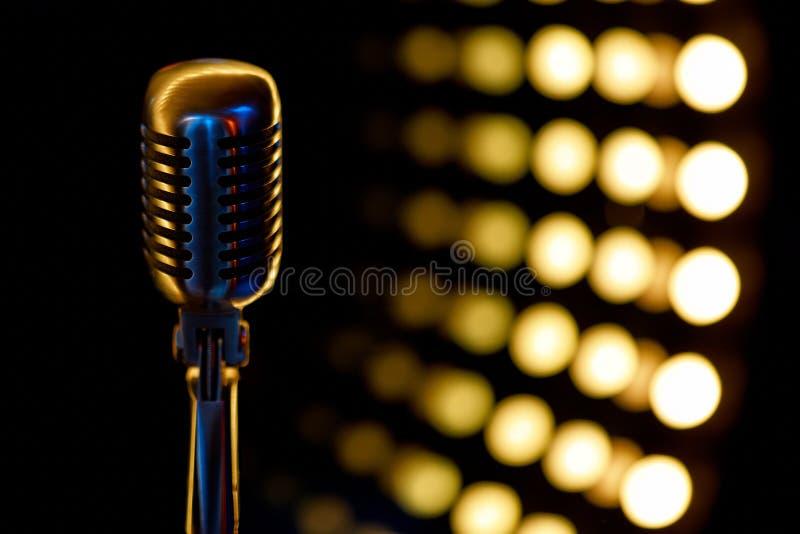 Tappningmikrofon med färgbakgrund i nattklubb royaltyfri foto