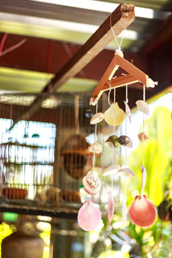Tappningmobil som göras från variationssnäckskal Det hängning för ` s royaltyfri bild