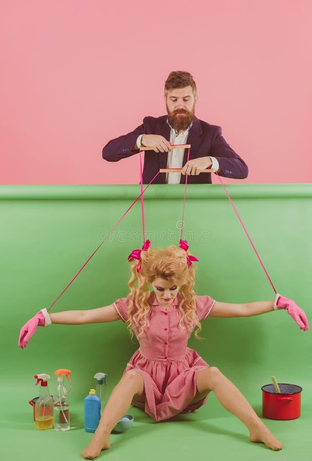 tappningmodekvinnor docka och man Galna flickor och man halloween Hemmafru idérik idé Förälskelse ferier och docka arkivbild