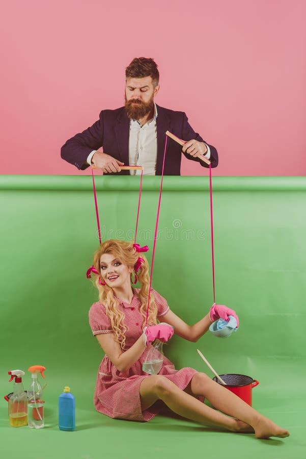 tappningmodekvinnor docka och man Galna flickor och man halloween Hemmafru idérik idé Förälskelse ferier och docka royaltyfri foto