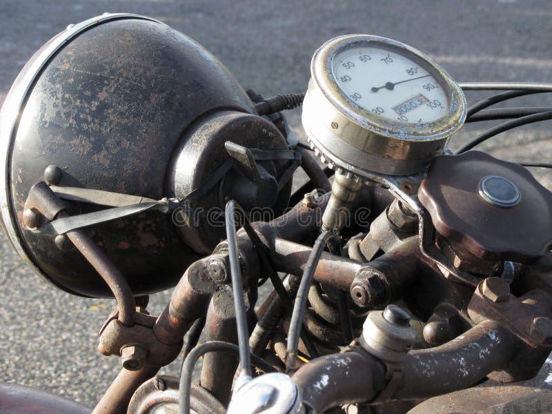 Tappningmotorcykelanseende på vägen Closeup av den mopedbillyktan och hastighetsmätaren arkivbild
