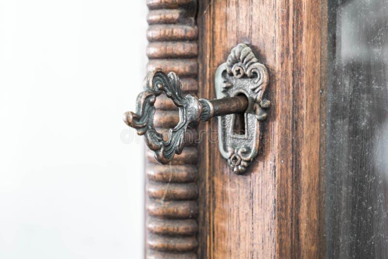 Tappningnyckelhål med tangent på tappningträkabinettet med vitt utrymme royaltyfri foto