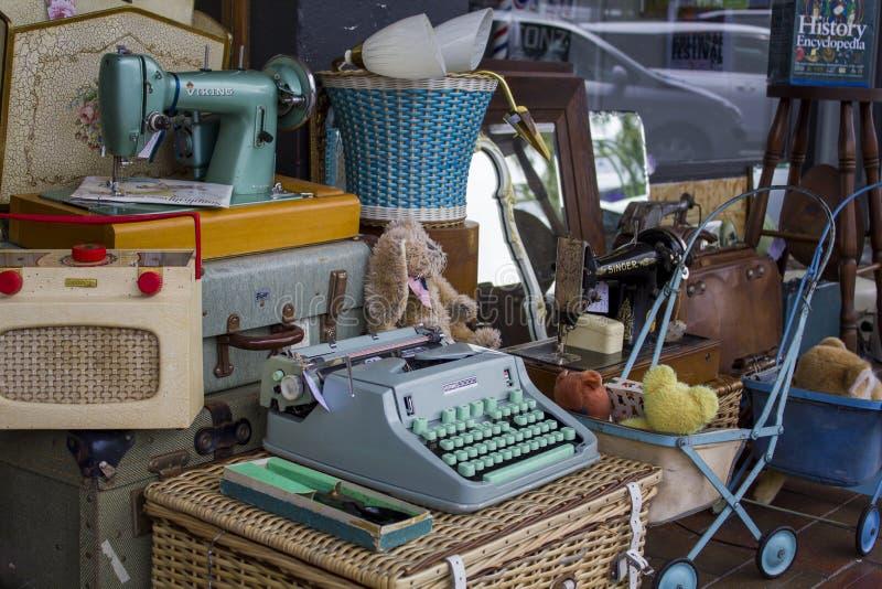 Tappningobjekt som är till salu på antikviteter för gatamarknaden, shoppar royaltyfria foton
