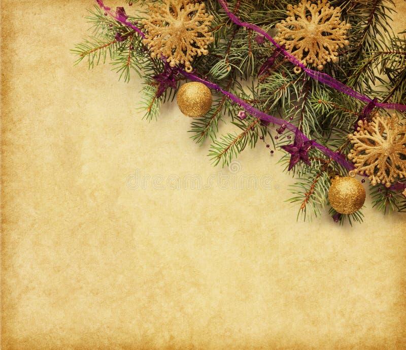 Tappningpapper med den prydliga filialen smyckade med julpynt arkivfoton
