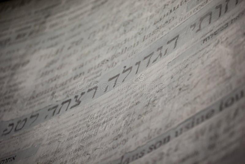 Tappningpapper med några hebréiska bokstäver arkivfoton
