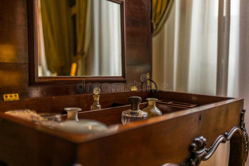 Tappningparfumeskåp i Tuscany royaltyfria bilder