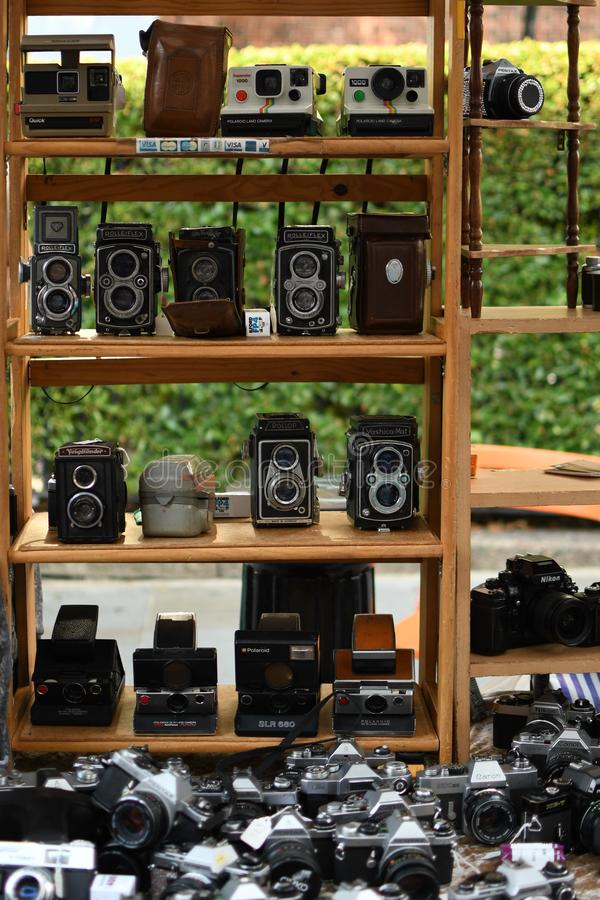 Tappningphotocameras på loppmarknaden arkivfoto