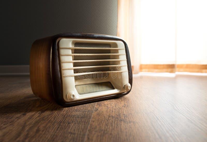 Tappningradio bredvid fönstret arkivbilder