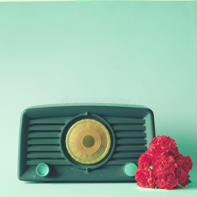 Tappningradio och blommor royaltyfria bilder