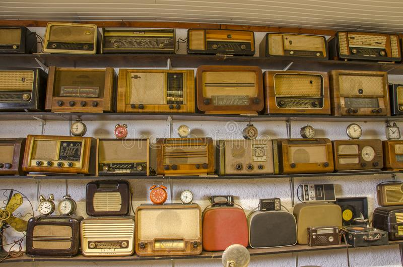 Tappningradior och klockor royaltyfri bild