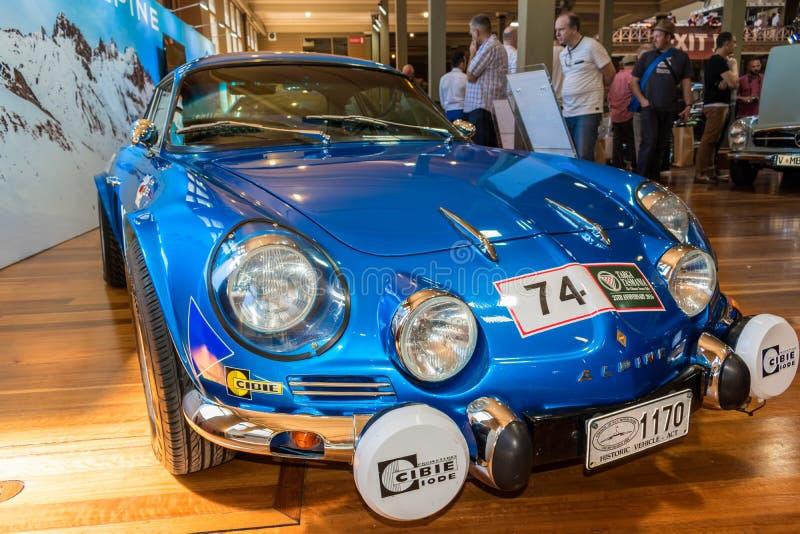 TappningRenault Alpine tävlings- bil på Motorclassica arkivfoton