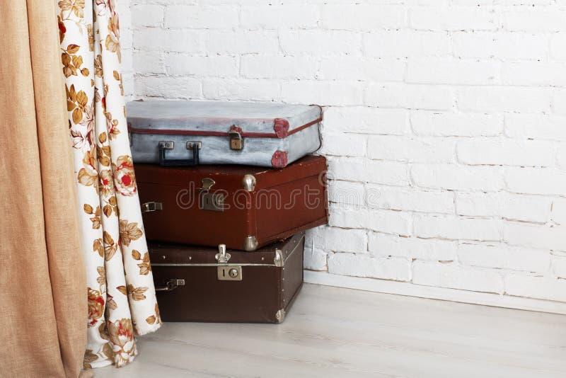 Tappningresväskor traver inomhus, loppbegreppet royaltyfri fotografi