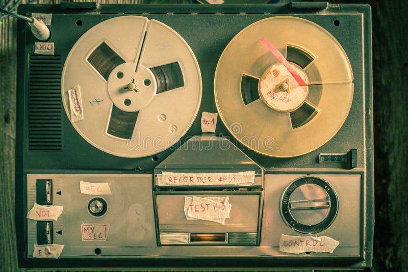 Tappningrulle-till-rulle bandspelare med mikrofonen och rulle av bandet royaltyfri foto