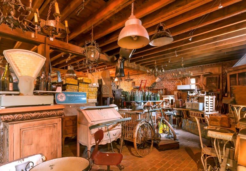 Tappningrum med retro möblemang, garnering, använde lantliga redskap i historisk hem- loft royaltyfria foton
