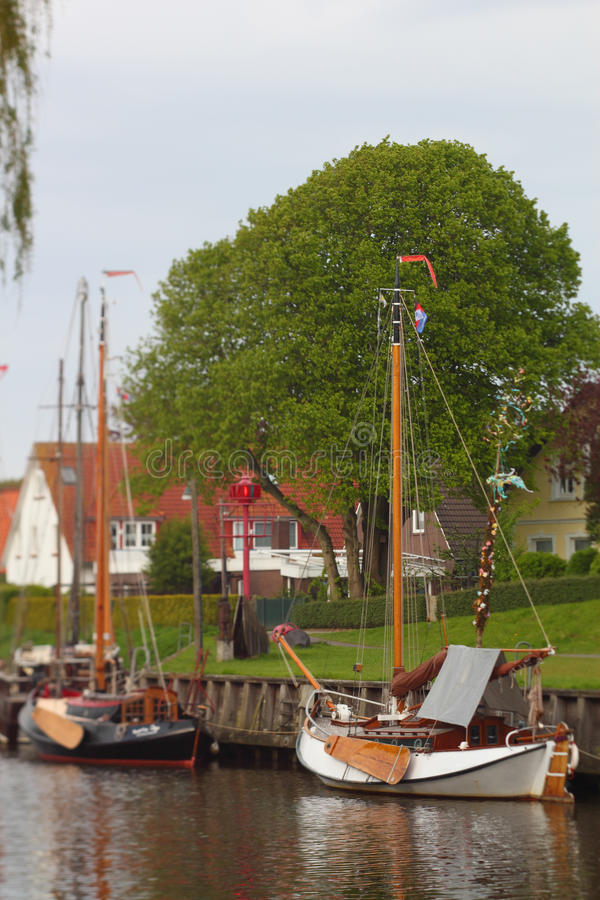 Tappningsegelbåt arkivbild
