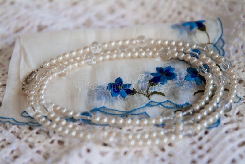Tappningskärm av näsduken, doilyen och halsbandet royaltyfria bilder