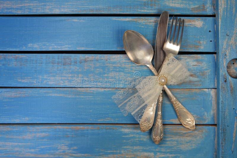 Tappningsked, gaffel och kniv arkivbild