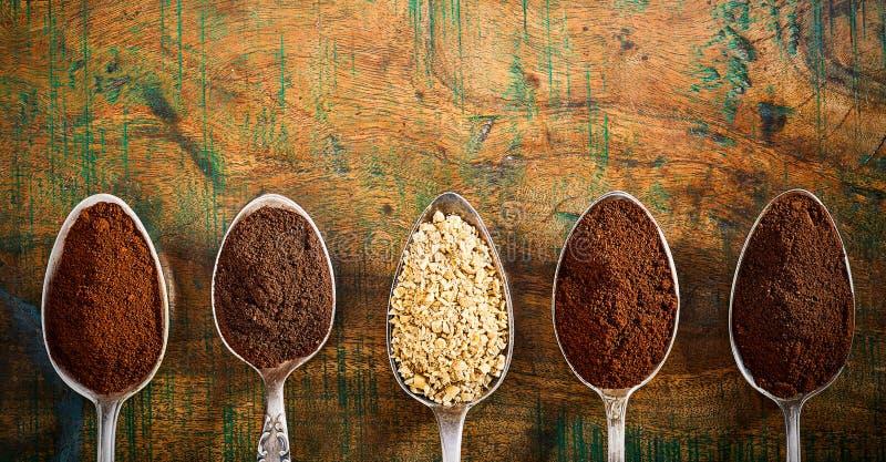 Tappningskedar som nytt visar jordkaffe royaltyfri foto