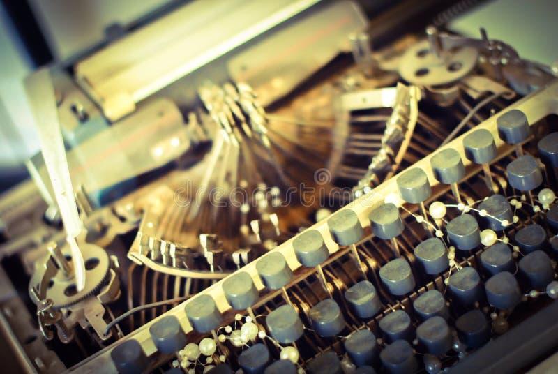 Tappningskrivmaskin med svarta knappar royaltyfria bilder