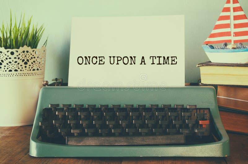 Tappningskrivmaskin med uttryck: EN GÅNG PÅ EN TID arkivbild