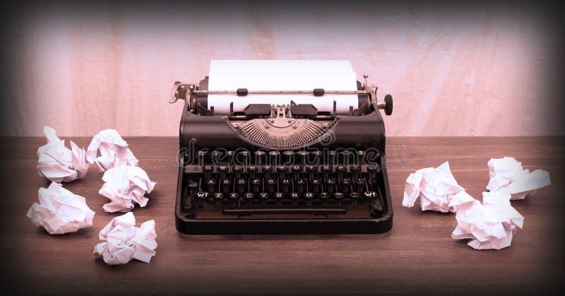 Tappningskrivmaskin och gamla böcker royaltyfri foto