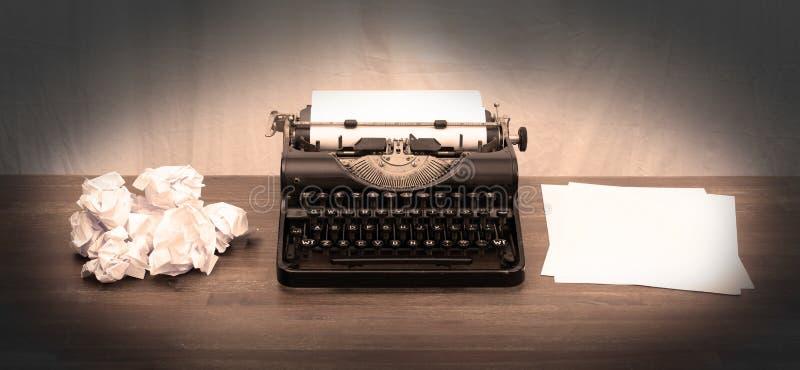 Tappningskrivmaskin och gamla böcker royaltyfria foton