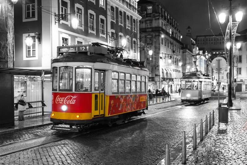 Tappningspårvagn i område av den gamla staden, på natten, Lissabon, port royaltyfria foton