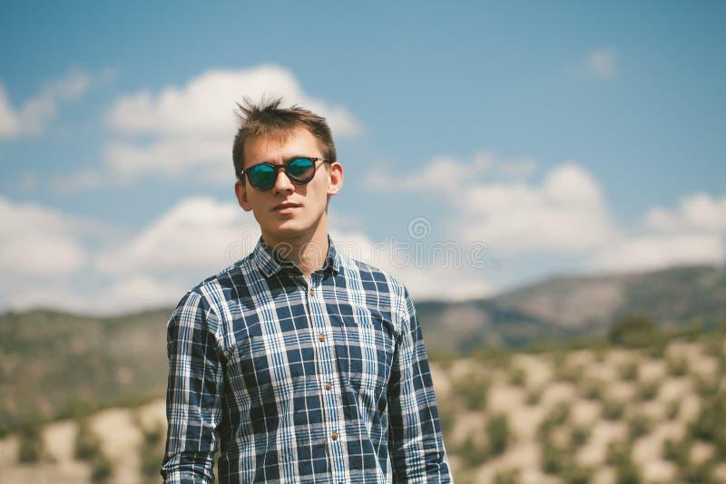Tappningstående av den unga mannen i solglasögon fotografering för bildbyråer
