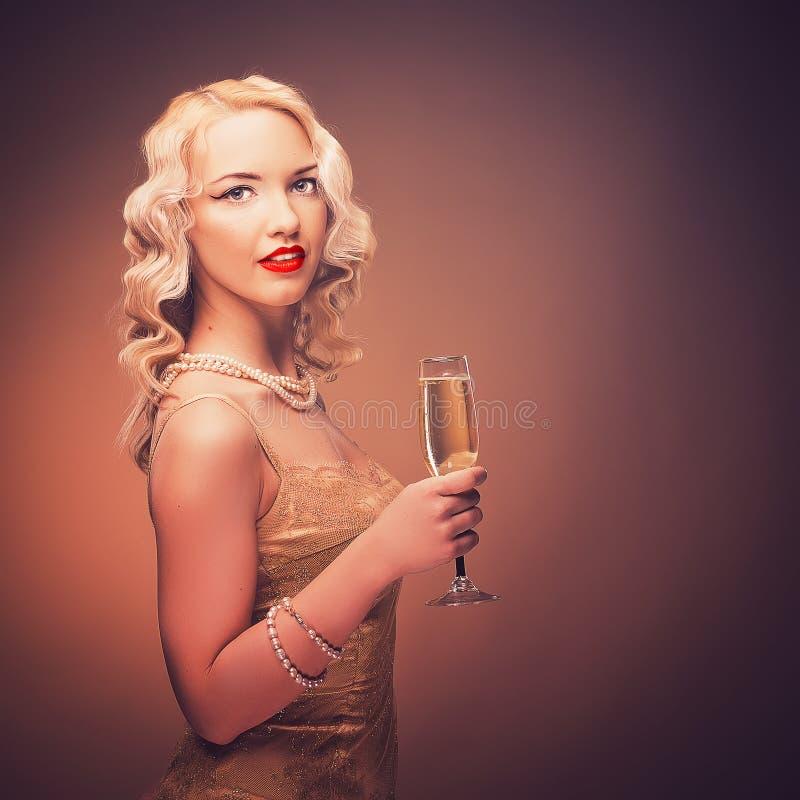 Tappningstående av en flicka med champagne royaltyfri bild