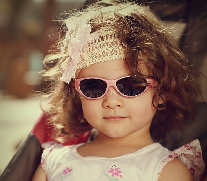 Tappningstående av ungeflickan med stil för lockigt hår fotografering för bildbyråer