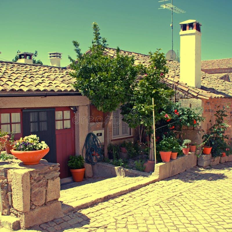 Tappningstenhem i den gamla Portugal byn arkivfoto