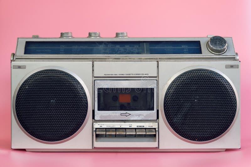 Tappningstereo på rosa pasrelfärgbakgrund royaltyfri bild