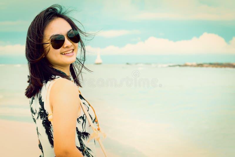 Tappningstilkvinna på stranden i Thailand royaltyfri foto