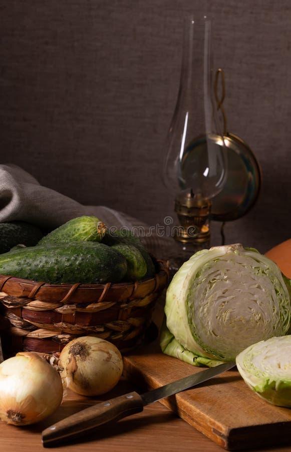 Tappningstilleben i lantlig stil med nya grönsaker arkivbild