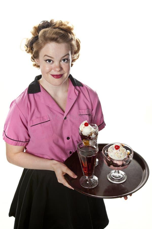 Tappningstilservitris Serving Ice Cream och sodavatten arkivfoto