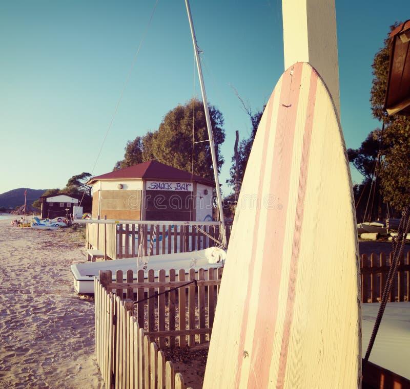 Tappningsurfingbräda vid havet arkivfoton