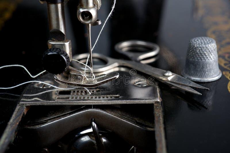 Tappningsymaskin med redskap arkivbild